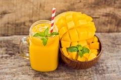 健康成熟黄色芒果圆滑的人,芒果果子和芒果立方体 免版税库存图片