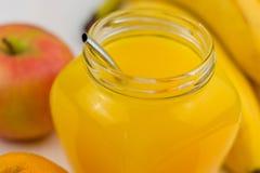 健康戒毒所汁液圆滑的人的构成 健康蔬菜和水果 免版税库存照片