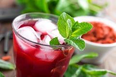 健康戒毒所饮料用goji莓果在水中灌输了冰 免版税库存图片