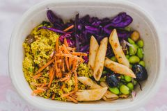 健康拿走在午餐盒的食物 免版税库存图片