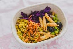 健康拿走在午餐盒的食物 图库摄影