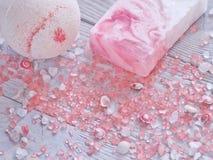 健康放松和身体关心背景用浴炸弹、手工制造肥皂酒吧、贝壳和芳香疗法盐 库存图片