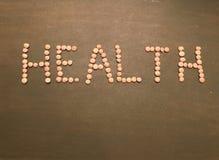 健康文字用在绿色木背景的绿色扁豆 免版税图库摄影