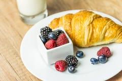 健康新月形面包和牛奶早餐 库存图片