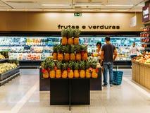健康新鲜的水果和蔬菜待售在超级市场 免版税库存照片