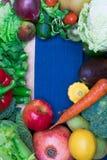 健康新鲜的coloresd菜和果子与烹调笔记 素食主义者食物 纤维资源 库存照片