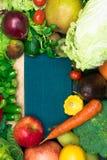 健康新鲜的coloresd菜和果子与烹调笔记 素食主义者食物 纤维资源 图库摄影