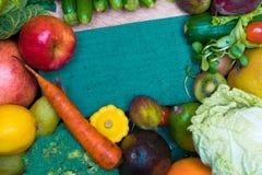 健康新鲜的coloresd菜和果子与烹调笔记 素食主义者食物 纤维资源 免版税库存照片