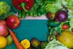 健康新鲜的coloresd菜和果子与烹调笔记 素食主义者食物 纤维资源 库存图片