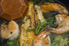 健康日本膳食汤面用虾和鱼 免版税库存照片