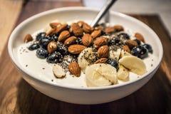 健康早晨早餐用酸奶、莓果和杏仁 免版税库存照片