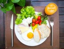 健康早餐、沙拉、面包、火腿和鸡蛋 免版税库存图片
