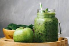 健康早餐、绿色圆滑的人在一个玻璃瓶子和有些成份-菠菜和苹果 Superfood,戒毒所食物 库存照片