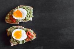 健康早餐三明治准备了与鳄梨调味酱捣碎的鳄梨酱,胡椒并且煮沸了鸡鸡蛋 库存图片