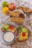 健康早餐包括谷物酒吧、水果和蔬菜 免版税库存图片