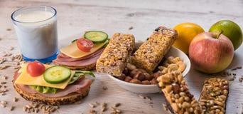 健康早餐包括谷物酒吧、水果和蔬菜 库存照片