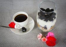 健康早餐咖啡和黑莓用酸奶 库存图片