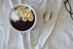 健康早餐在床上 图库摄影