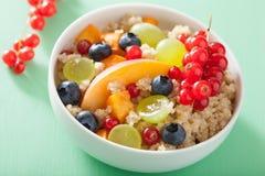 健康早餐奎奴亚藜用果子莓果油桃蓝莓g 免版税库存图片