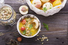 健康早餐快餐 大理石碗用芒果圆滑的人顶部樱桃,油桃,花粉,新鲜薄荷 有选择性 库存照片