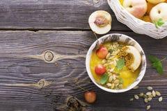 健康早餐快餐 大理石碗用芒果圆滑的人顶部樱桃,油桃,花粉,新鲜薄荷 有选择性 免版税库存图片