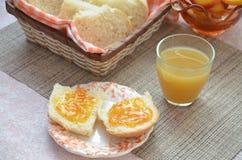 健康早餐成份 碗燕麦格兰诺拉麦片 在桌上的美丽的新鲜的鲜美早餐 面包多士白色 免版税图库摄影