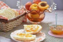 健康早餐成份 碗燕麦格兰诺拉麦片 在桌上的美丽的新鲜的鲜美早餐 面包多士白色 库存图片