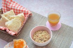 健康早餐成份 碗燕麦格兰诺拉麦片 在桌上的美丽的新鲜的鲜美早餐 面包多士白色 库存照片