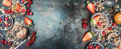 健康早餐成份 有muesli、坚果和莓果的瓶子 用早餐与各种各样的谷物muesli,燕麦剥落并且播种o 免版税库存图片