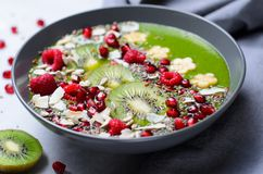健康早餐戒毒所绿色圆滑的人用香蕉和菠菜在碗,顶视图 库存图片