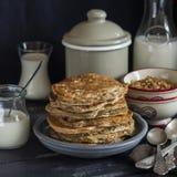 健康早餐或快餐-整个五谷南瓜薄煎饼 图库摄影