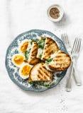 健康早餐或快餐-煮沸的农场怂恿,菠菜,在轻的背景的烤乳酪三明治 库存图片