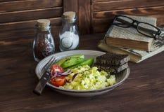 健康早餐或快餐-鸡蛋扰乱,鲕梨和西红柿 免版税图库摄影