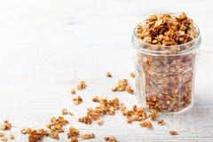 健康早餐新鲜的格兰诺拉麦片,在一粒玻璃瓶子有机燕麦的muesli,杏仁拷贝空间 免版税库存图片