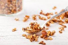 健康早餐新鲜的格兰诺拉麦片,在一粒玻璃瓶子有机燕麦的muesli,杏仁拷贝空间 图库摄影