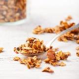 健康早餐新鲜的格兰诺拉麦片,在一粒玻璃瓶子有机燕麦的muesli,杏仁拷贝空间 库存图片