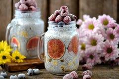 健康早餐是与chia种子、龙舌兰糖浆、牛奶、无花果和莓和蓝莓冷冻莓果的布丁  库存照片