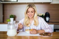 健康早餐概念-吃玉米片与的少妇 库存图片