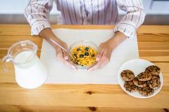 健康早餐概念-接近睡衣吃的妇女 图库摄影