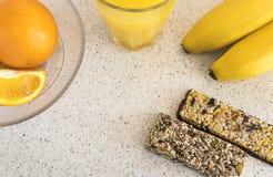 健康早餐橙汁,新月形面包,切了桔子,香蕉 免版税库存照片