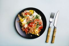 健康早餐炒蛋用西红柿和莳萝,装饰荞麦 顶视图,蓝色背景 库存照片