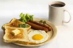 健康早餐煎蛋黄色卵黄质,多士面包,香肠,菜在早晨 库存图片