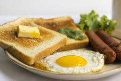健康早餐煎蛋黄色卵黄质,多士面包,香肠,菜在早晨 库存照片