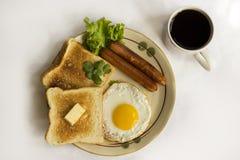 健康早餐煎蛋黄色卵黄质,多士面包,香肠,菜在早晨 图库摄影
