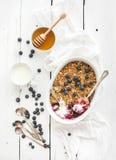 健康早餐燕麦格兰诺拉麦片莓果碎屑与 库存照片