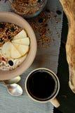 健康早餐用咖啡和格兰诺拉麦片 图库摄影