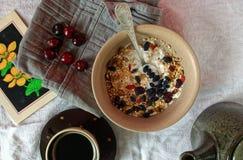 健康早餐用咖啡和格兰诺拉麦片 免版税图库摄影