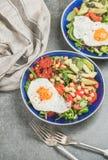 健康早餐用煎蛋、鸡豆、菜、种子和绿色 免版税图库摄影