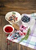 健康早餐用燕麦粥、莓果和酸奶 免版税库存图片