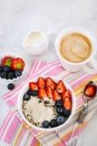 健康早餐用燕麦粥粥、新鲜的莓果和咖啡 免版税库存图片